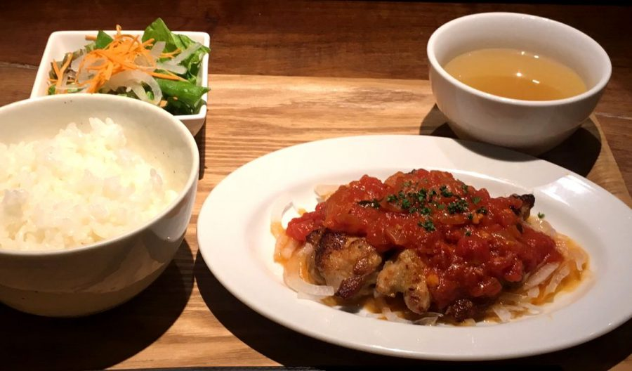 【今週の週替わりランチ:美桜鶏のグリル トマトバジルソース (990円)】