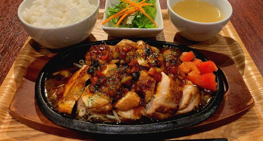 【今週の週替わりランチ:鶏もも肉のロースト ~香味野菜のガーリックソース~(900円)】