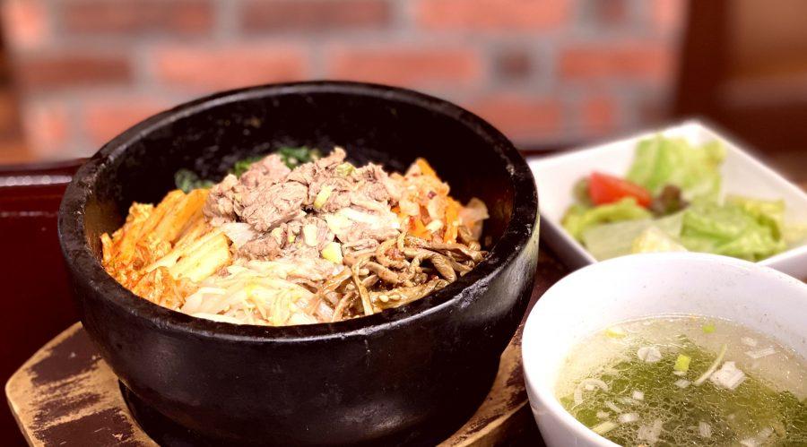 【BeefGarden恵比寿の今週の週替わりランチ:4種のナムルと煮込み牛スジ石焼きビビンバ(990円)】