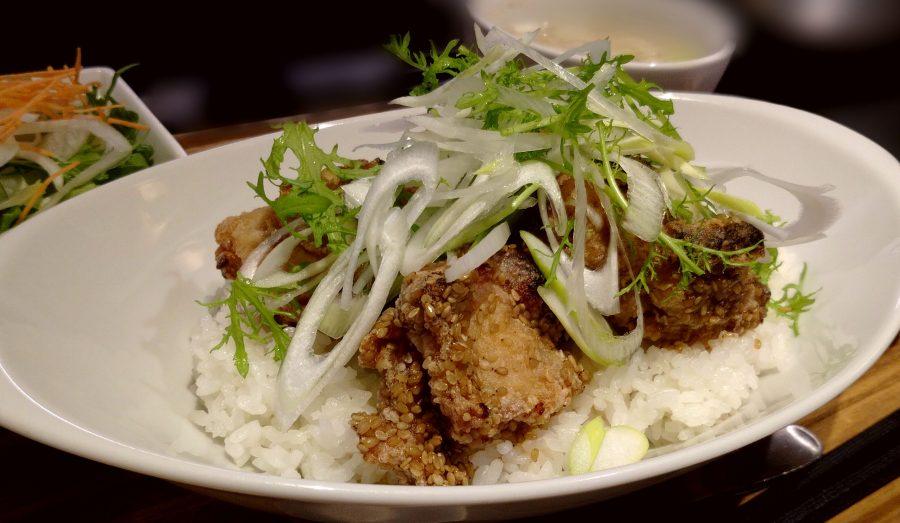 【Salt中目黒の今週の週替わりランチ:あまに鶏もも肉のステーキボウル~自家製旨辛ソース~(990円)】