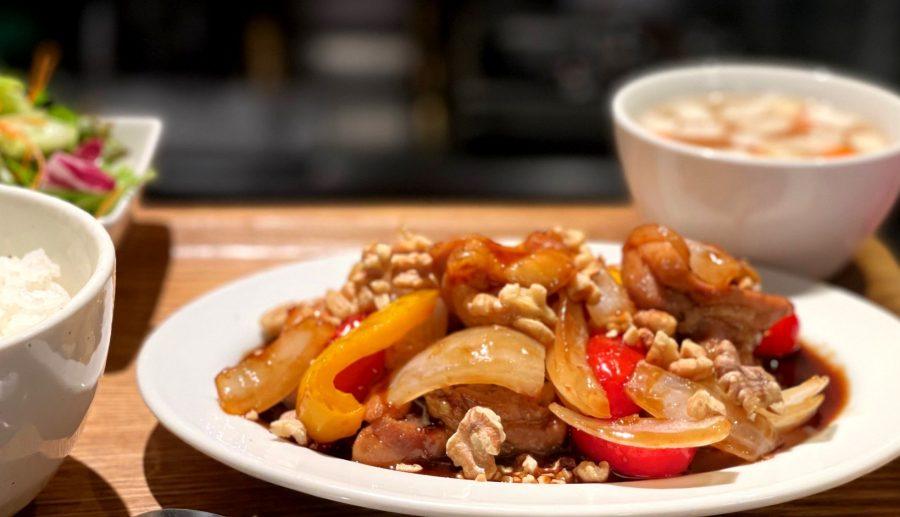 【Salt中目黒の今週の週替わりランチ:さつま純然鶏もも肉のスモーキーナッツソテー ~彩り野菜と焼きクルミと共に~(1,200円)】