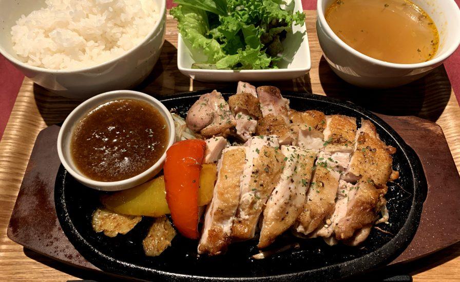 【今週の週替わりランチ:鶏もも肉のチキンステーキ 夏野菜添え ~シャリアピンソース~(900円)】