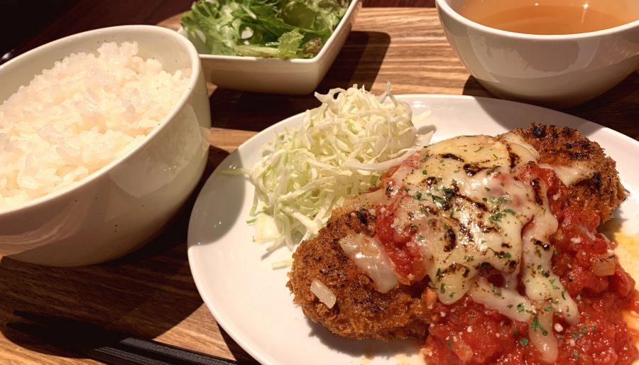 【今週の週替わりランチ:肉バルのメンチカツ ~焼きチーズ&特製トマトソース~(900円)】