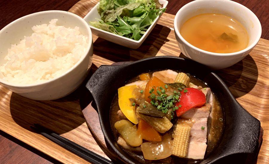 【今週の週替わりランチ:豚バラ肉のコンフィ ~7種の野菜の特製あんかけソース~(900円)】